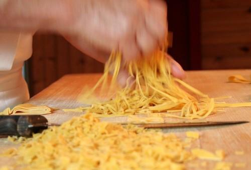Basta scimmiottare gli chef della tv, Cuochi (Slow) si diventa!