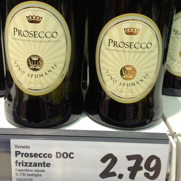 Bottiglie di Prosecco a 2 euro, quando lo sfuso costa di più. Come è possibile?