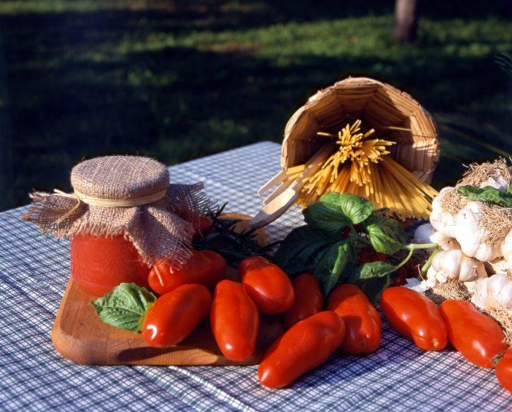 """Benvenuti pomodori da salsa. Ma scegliete quelli """"caporalato free"""" - Slow Food - Buono, Pulito e Giusto."""