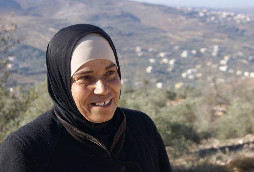 Doha, la contadina palestinese che tesse la rete di solidarietà