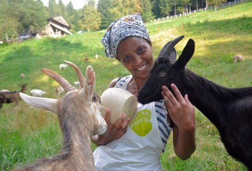 La pastora che salva le capre e resiste agli insulti razzisti