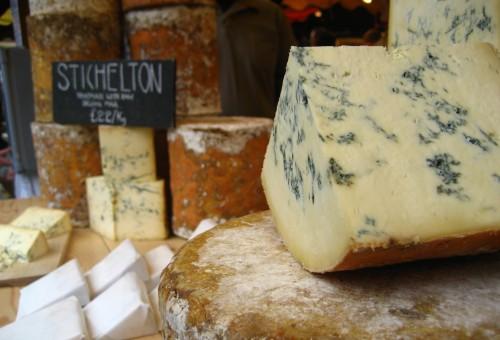 Stagionati, freschi, dolci, piccanti o erborinati. A ogni formaggio il suo vino!
