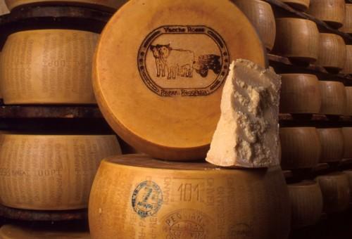 Il Parmigiano Reggiano si conferma il primo prodotto Dop: cresce all'estero. In Italia meno Gdo, più vendita diretta.
