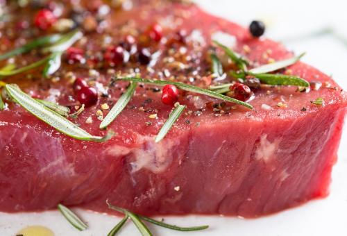 «La carne spaventa i giovani»: così il supermercato imbusta le bistecche nella plastica
