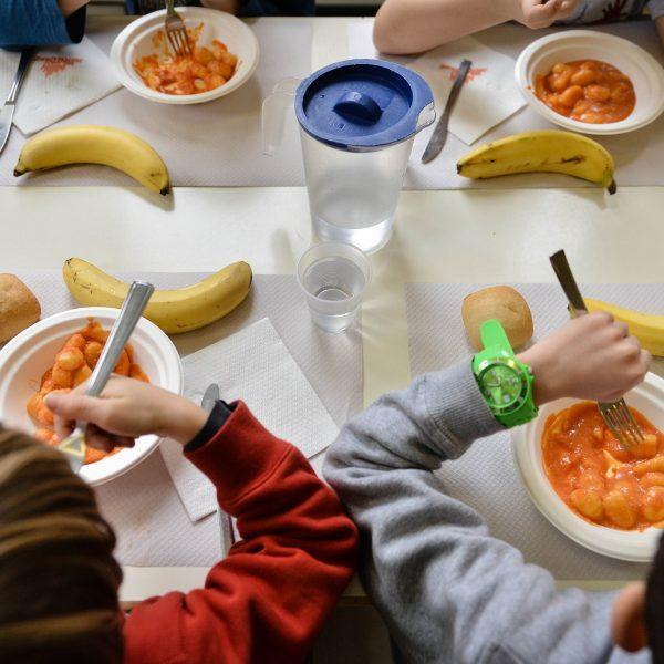 Mense scolastiche: più cibi ultra processati e carni rosse e meno legumi e verdure