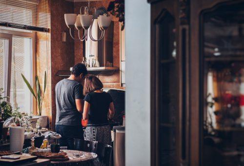 Mangiare insieme a tavola. E cucinare. Teniamoci stretti le poche conquiste del 2020